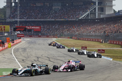 Lewis Hamilton, Mercedes AMG F1 W09, precede Esteban Ocon, Force India VJM11, e Sergey Sirotkin, Williams FW41