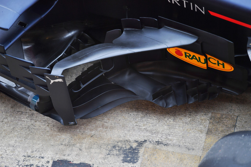 A Red Bull otimizou a plataforma e suas cercas verticais em seus bargeboards na Espanha.