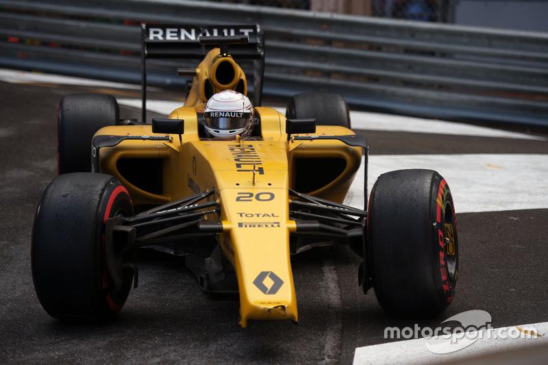 Kevin Magnussen, Renault Sport F1 Team RS16 con l'ala anteriore rotta