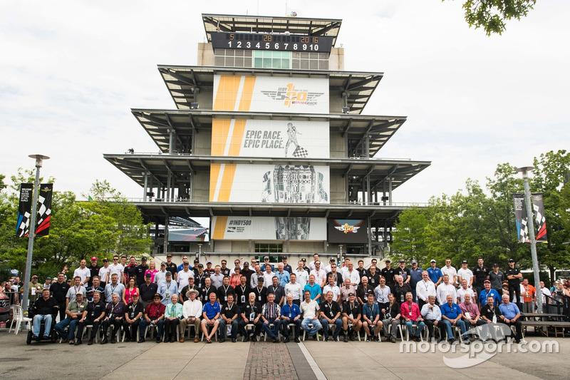 "Indy 500""元老们""与第100届Indy 500全体车手合影"