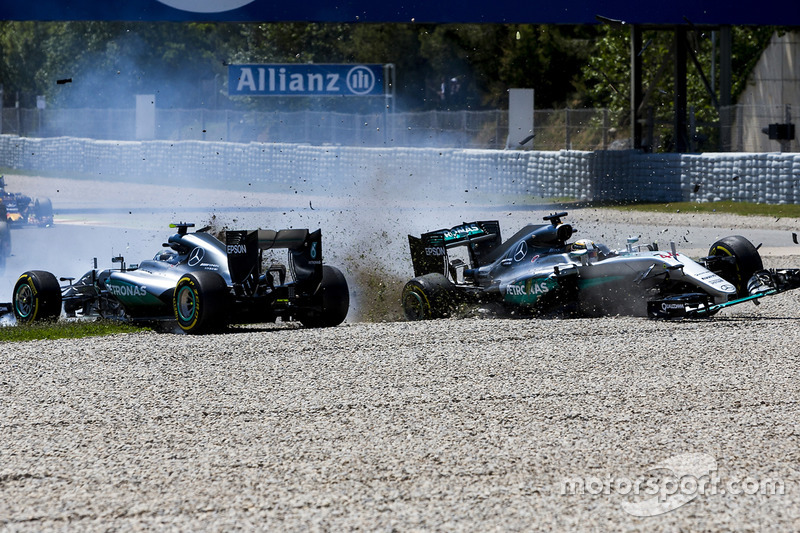 2 (GP de España) Lewis Hamilton, Mercedes AMG F1 W07 Hybrid y Nico Rosberg, Mercedes AMG F1 W07 Hybrid chocan en la primera vuelta de la carrera
