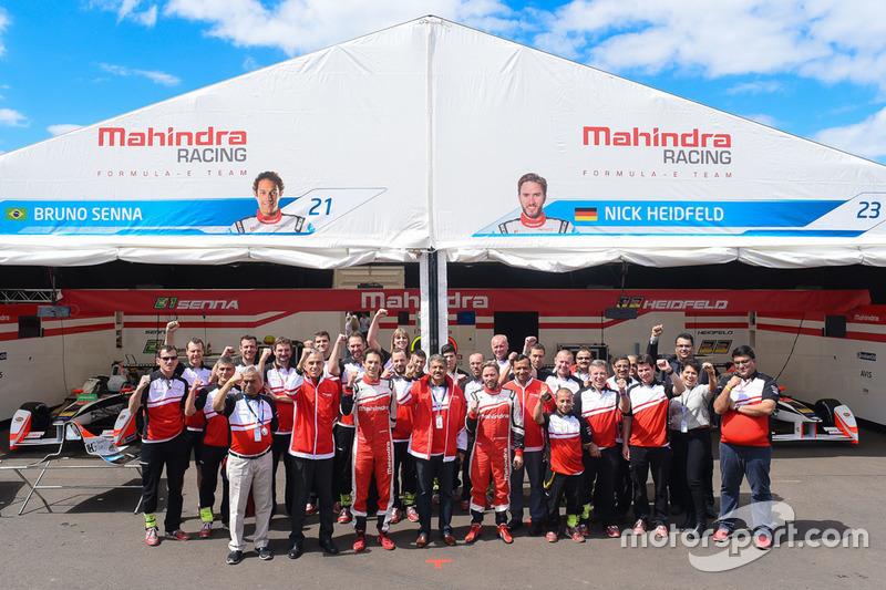 Bruno Senna, Mahindra Racing, mit Nick Heidfeld, Mahindra Racing, und dem Mahindra Racing Team