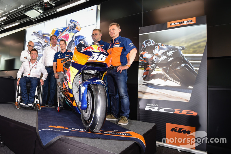 (No corrieron en 2016, fue presentación de cara a 2017) Mika Kallio, Sebastian Risse Pit Beirer y Mike Leitner descubren la moto KTM MotoGP