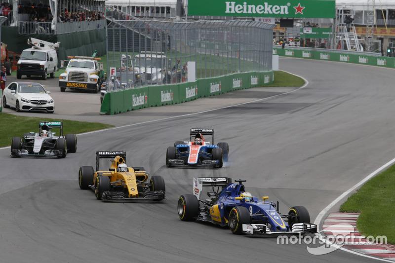 Маркус Ерікссон, Sauber C35 випереджає Кевіна Магнуссена, Renault Sport F1 Team RS16 та Льюїса Хеміл