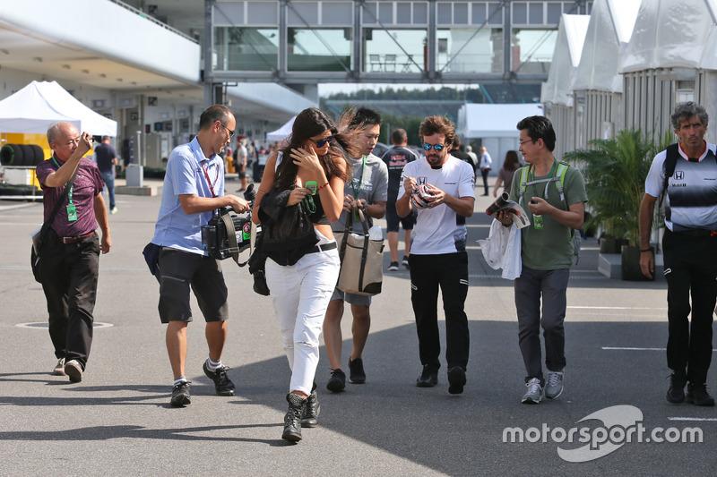 Fernando Alonso, McLaren schreibt Autogramme für die Fans