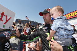 Race winner Sam Hornish Jr., Joe Gibbs Racing Toyota with son Sam Hornish III