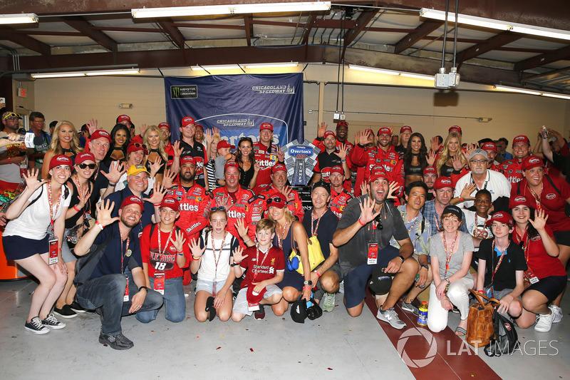Kyle Busch, Joe Gibbs Racing, Toyota Camry Skittles Red White & Blue, festeggia nella victory lane