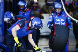 Les mécaniciens Toro Rosso préparent des pneus