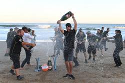 Jean-Eric Vergne, Techeetah, rocía el champán en la playa