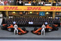Групповое фото команды McLaren, гонщики Фернандо Алонсо и Стоффель Вандорн