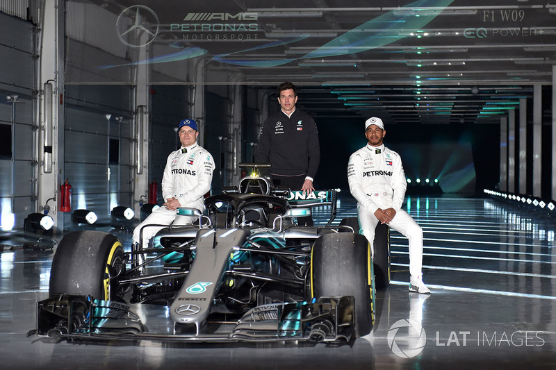 Гонщики Mercedes AMG F1 Валттери Боттас и Льюис Хэмилтон, руководитель команды Тото Вольф