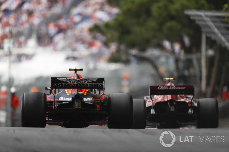 Charles Leclerc, Sauber C37, y Max Verstappen, Red Bull Racing RB14