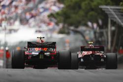 Charles Leclerc, Sauber C37, devant Max Verstappen, Red Bull Racing RB14