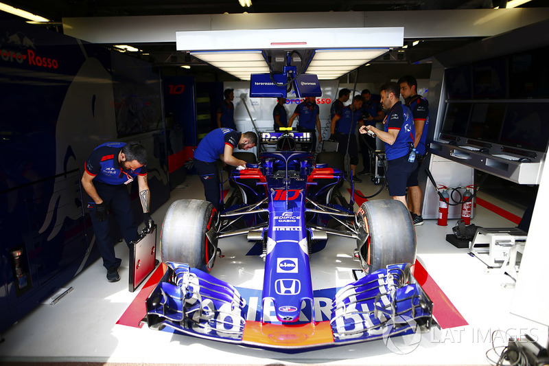 Mekanik Toro Rosso mempersiapkan mobil STR13 Pierre Gasly