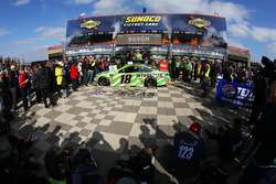 Il vincitore della gara Kyle Busch, Joe Gibbs Racing, Toyota Camry Interstate Batteries