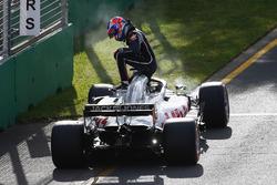 Romain Grosjean, Haas F1 Team VF-18 Ferrari, sort de sa voiture et abandonne