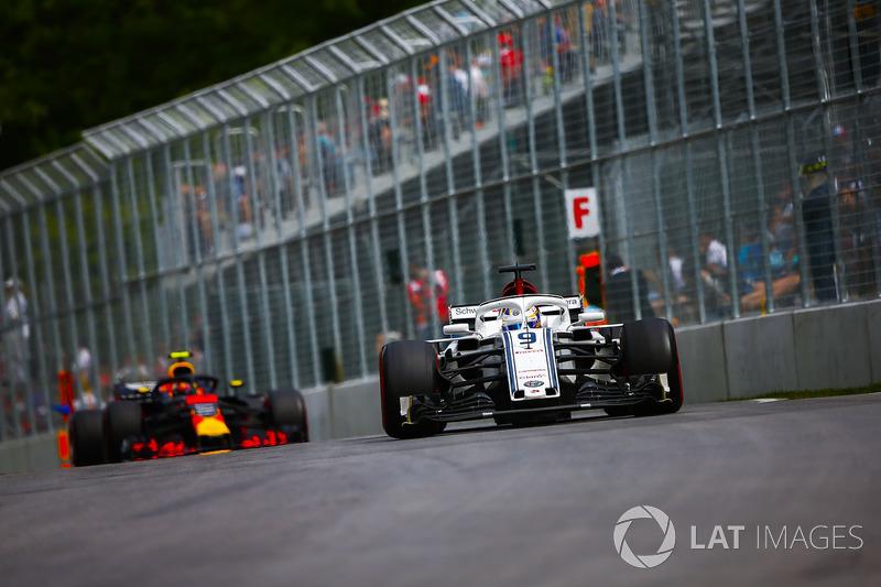 Marcus Ericsson, Sauber C37, precede Max Verstappen, Red Bull Racing RB14