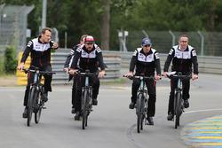Alexander Wurz, Fernando Alonso, Sébastien Buemi, Toyota Gazoo Racing, à vélo sur la piste