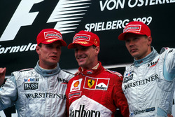 2. David Coulthard ve yarış galibi Eddie Irvine ve Mika Hakkinen