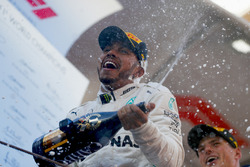 Lewis Hamilton, Mercedes AMG F1 W09, Max Verstappen, Red Bull Racing.