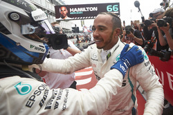 Valtteri Bottas, Mercedes AMG F1, en winnaar Lewis Hamilton, Mercedes AMG F1, juichen in Parc Ferme