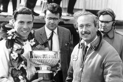 El ganador de la carrera Jim Clark, Lotus, recibe el trofeo de ganadores con el jefe del equipo, Colin Chapman en el podio