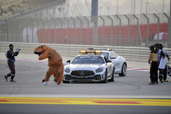 Marshals with a message for Charlie Whiting, FIA Delegate in the Safety car involving a dinasour