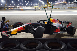 Temporada 2018 F1-bahrain-gp-2018-the-crashed-car-of-max-verstappen-red-bull-racing-rb14-is-recovered-in