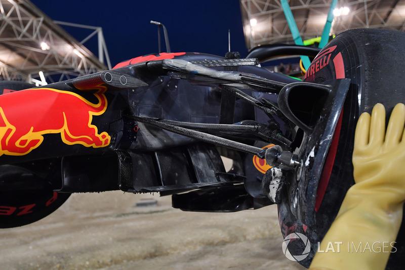 El coche chocado de Max Verstappen, Red Bull Racing RB14 es removido