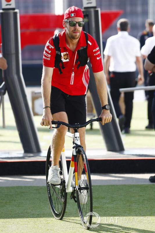 Sebastian Vettel, Ferrari, arrive dans le paddock à vélo