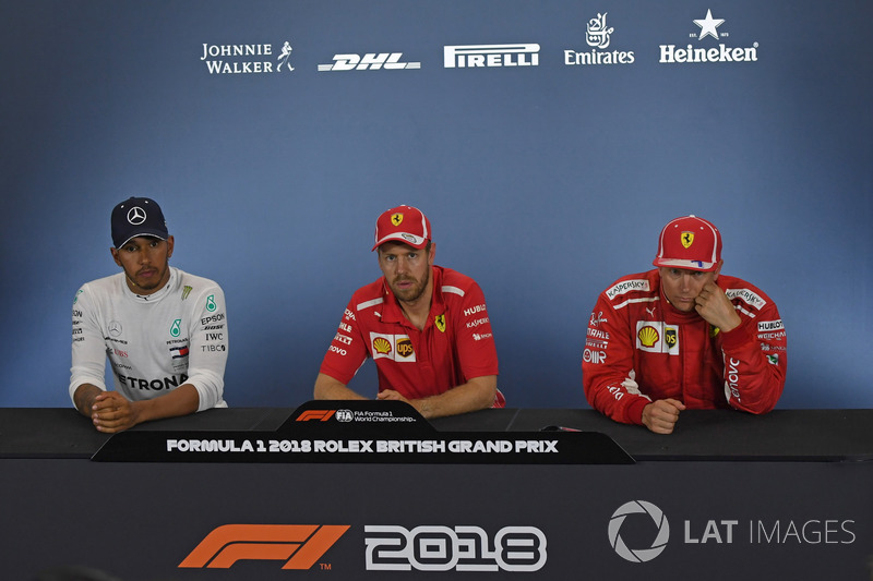 Lewis Hamilton, Mercedes-AMG F1, Sebastian Vettel, Ferrari, Kimi Raikkonen, Ferrari, nella conferenza stampa