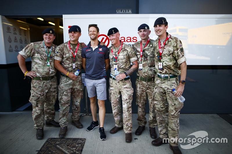 Romain Grosjean, Haas F1 Team, pose avec des militaires