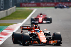 Fernando Alonso, McLaren MCL32, Sebastian Vettel, Ferrari SF70H