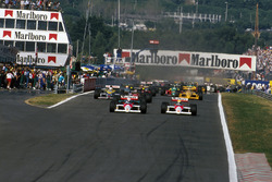 Старт. Впереди Ален Прост и Айртон Сенна, McLaren MP4/4