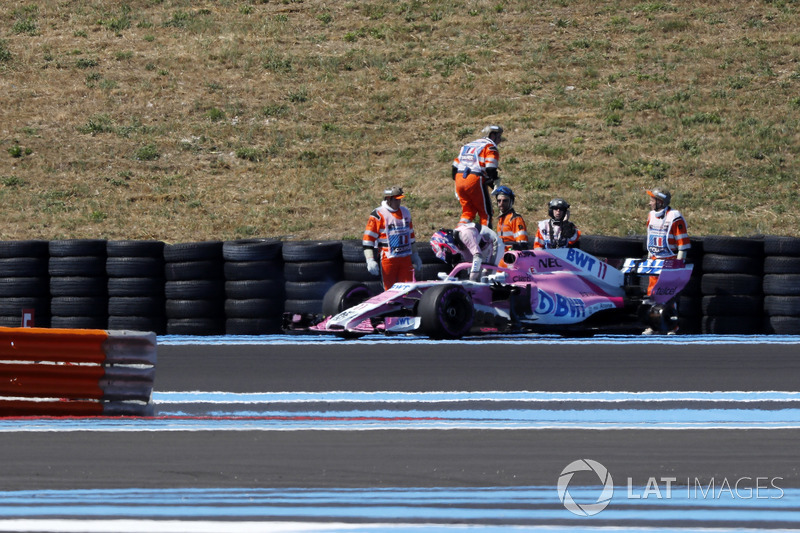 Sergio Perez, Force India VJM11 loses a rear wheel in FP2