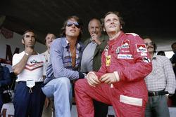 Cantante y compositor austríaco Udo Jurgens con Niki Lauda, Ferrari