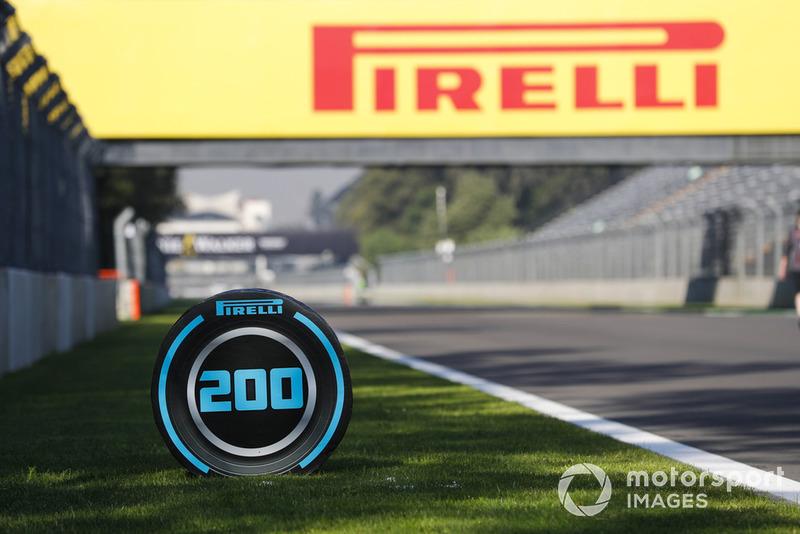 Penanda titik pengereman 200 meter dengan branding Pirelli