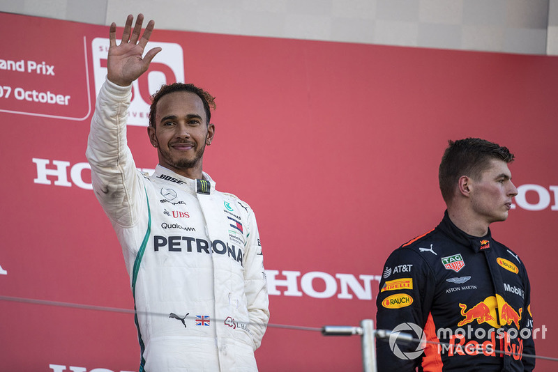 Lewis Hamilton, Mercedes AMG F1 y Max Verstappen, Red Bull Racing RB14 celebra