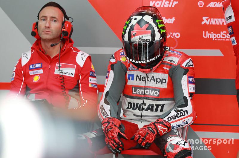 Jorge Lorenzo, Ducati Team, se mira la mano lesionada en el box de Motegi