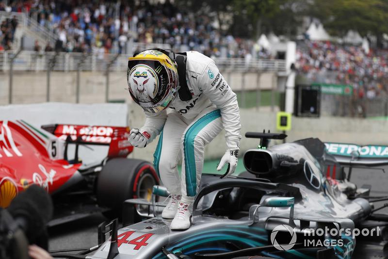 Lewis Hamilton, Mercedes AMG F1, festeggia la pole position nel parco chiuso