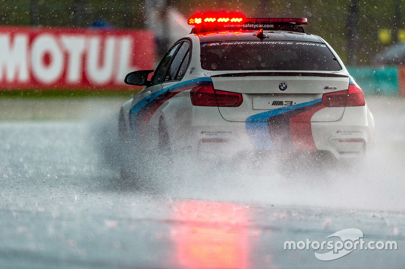 Safety car sotto la pioggia
