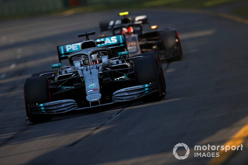 Льюис Хэмилтон, Mercedes AMG F1 W10, впереди Кевина Магнуссена, Haas F1 Team VF-19