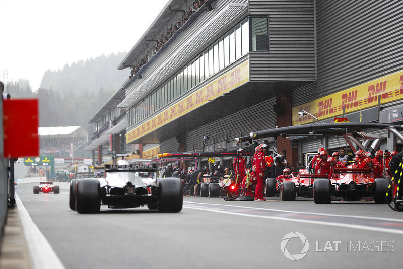 Kimi Raikkonen, Ferrari SF71H, et Sebastian Vettel, Ferrari SF71H, s'arrêtent au stand