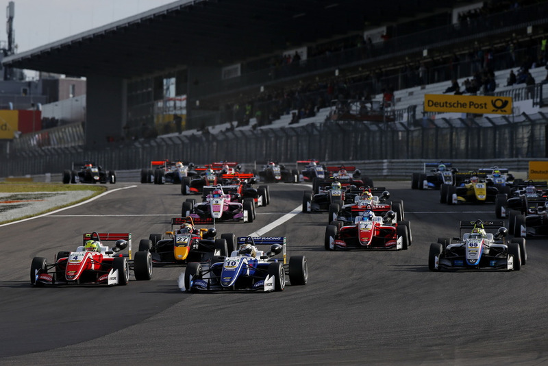 Salida, Mick Schumacher, PREMA Theodore Racing Dallara F317 - Mercedes-Benz, Nikita Troitskiy, Carlin Dallara F317 - Volkswagen