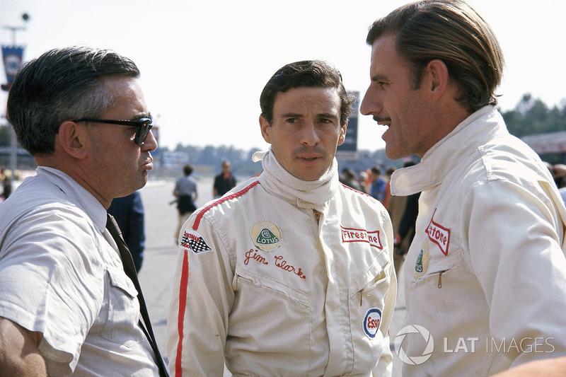 Grand Prix d'Italie 1967 : Jim Clark et Graham Hill discutent avec Walter Hayes, responsable communication chez Ford