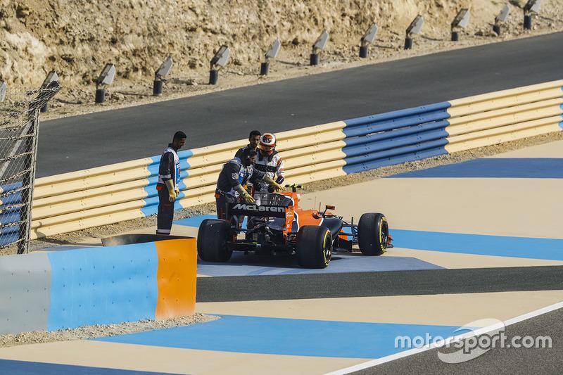 Stoffel Vandoorne, McLaren MCL32, stops on the circuit