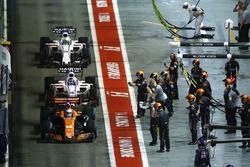 Fernando Alonso, McLaren MCL32, Lance Stroll, Williams FW40, Romain Grosjean, Haas F1 Team VF-17, dans la voie des stands