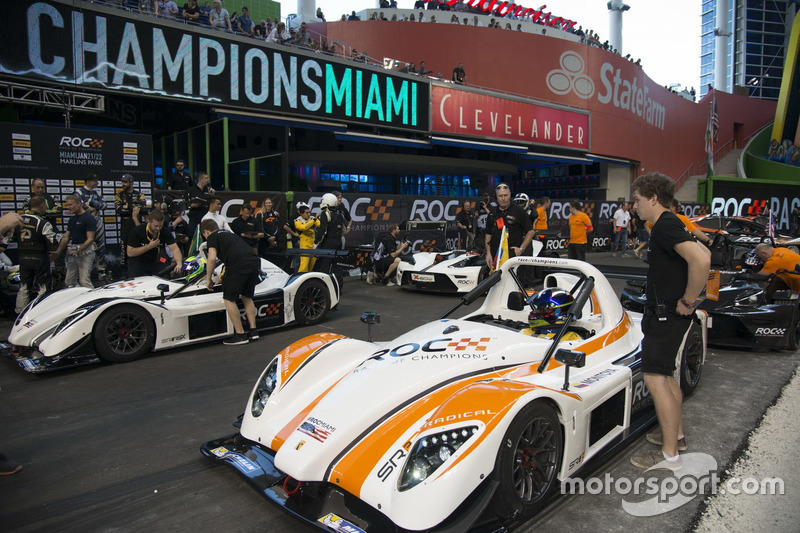 Juan Pablo Montoya maakt zich klaar voor een race tegen Felipe Massa, in de Radical SR3 RSX