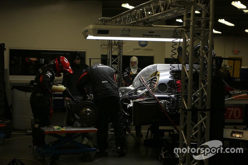 #70 Mazda Motorsports Mazda DPi: Joel Miller, Tom Long, James Hinchcliffe in de pitbox