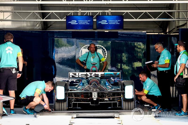 Coche de NEXTEV TCR Formula E Team en una inspección